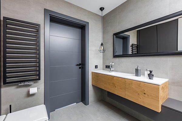 Wnętrze łazienki i drzwi z podcięciem wentylacyjnym w dolnej części skrzydła