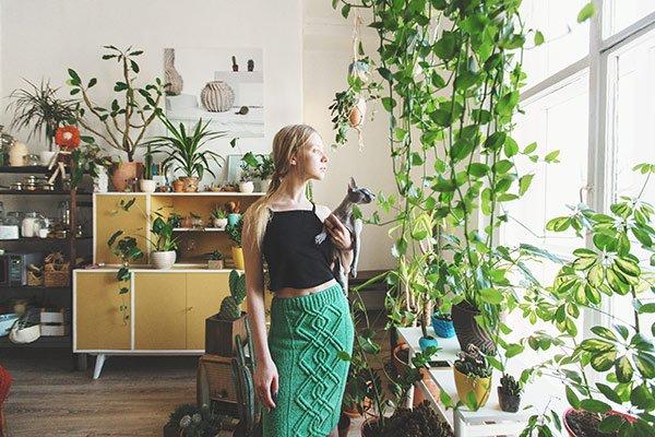 Rośliny zielone tworzą klimat wnętrz w stylu boho